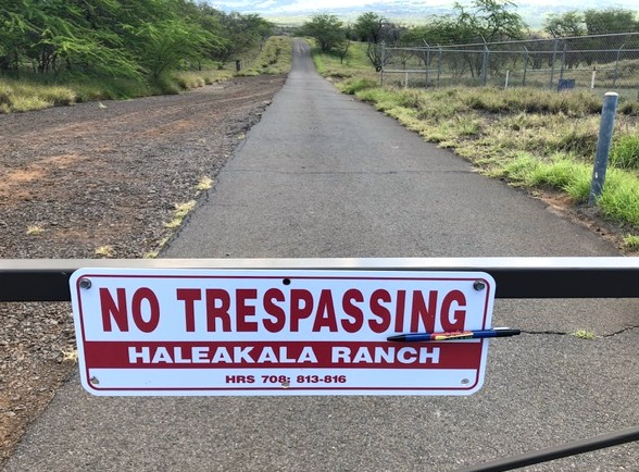 A Canoe FM listener left a pen for Oprah on the sign of her residence in Maui for the next time that she visits.